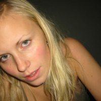 Relation coquine avec une blonde à petite poitrine